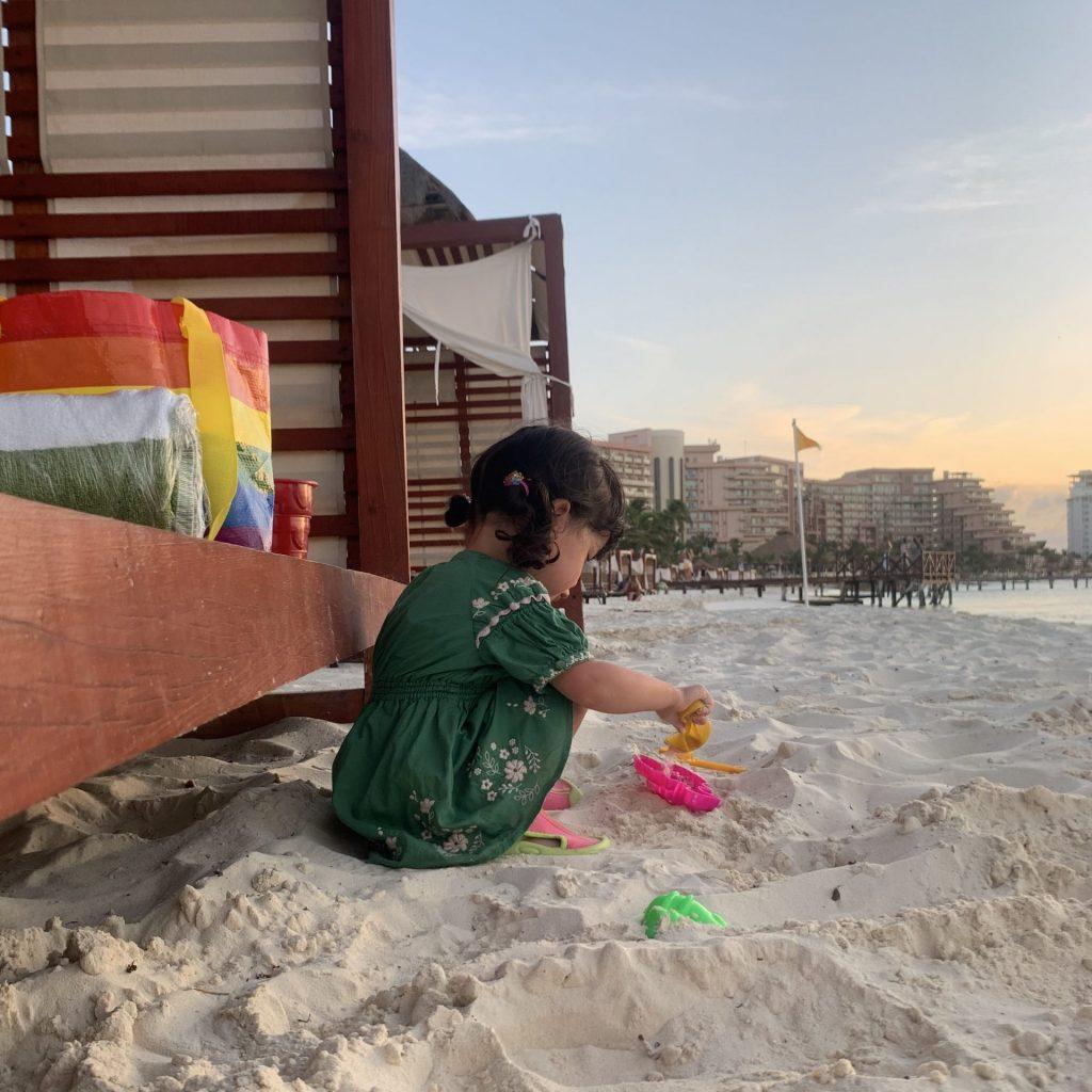 カンクンのビーチで砂遊びをする女の子